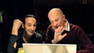 """O compositor francês Alexandre Desplat (à esq.) ganhou este ano um prêmio César pela música de """"Ferrugem e Osso"""", dirigido por Jacques Audiard (à dir.), com quem já trabalhou em vários filmes."""