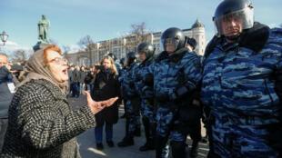 Một phụ nữ chất vấn cảnh sát, được bố trí để ngăn chặn biểu tình tại Matxcơva, 26/03/2017.