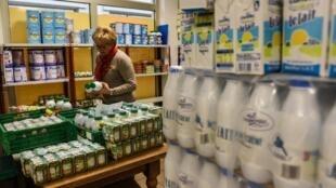L'industrie tente de ralentir le plongeon des prix du lait.