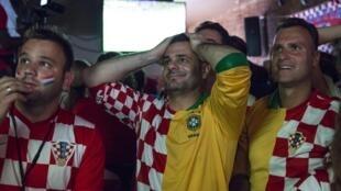 Torcedores croatas lamentam pênalti marcado por Neymar.