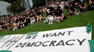 """Biểu tình đòi dân chủ tiếp diễn tại Hồng Kông với một khẩu hiệu của phong trào phản kháng: """"Chúng tôi muốn có dân chủ"""". Ảnh chụp ngày 02/09/2019."""