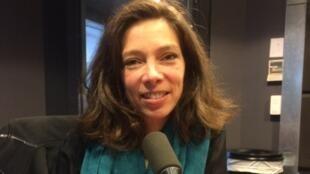 La romancière et violoniste Léonor de Recondo en studio à RFI (janvier 2019).