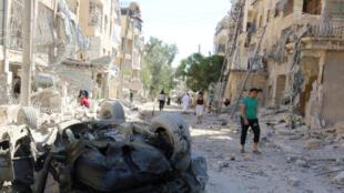 Des habitants d'un quartier rebelle d'Alep inspectent les dégats après d'intenses bombardements, le 30 septembre 2016.