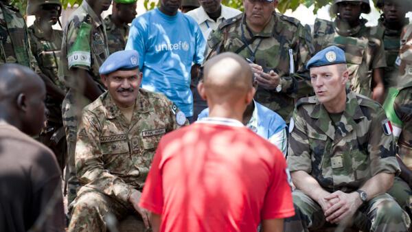 Des généraux de la Minusca parlent avec des ex-Seleka à Kaga-Bandoro, le 6 juillet 2014.