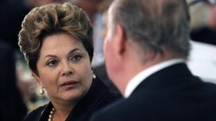 A presidente do Brasil, Dilma Rousseff,  conversa com o rei Juan Carlos durante a cúpula em Cádiz neste sábado.