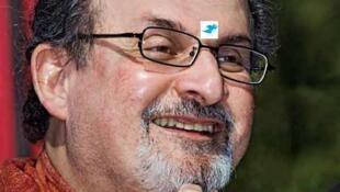 """O escritor britânico de origem indiana Salman Rushdie chamou de """"covardes"""" os colegas que criticaram a entrega do prêmio de liberdade de expressão ao Charlie Hebdo."""