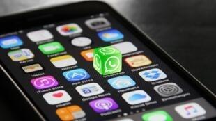 A chegada de smartphones nas áreas mais remotas da Índia, graças às taxas de internet entre as mais baixas do planeta, permite uma disseminação desenfreada de boatos.