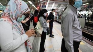 Hành khách mang khẩu trang trong một trạm xe điện ngầm tại thủ đô Malaysia Kuala Lumpur, ngày 10/02/2020.