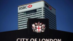 La banque HSBC va supprimer 35 000 postes sur trois ans à cause d'une baisse de ses bénéfices.