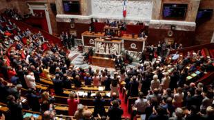 Parlamentares franceses aplaudem o Primeiro-ministro Edouard Philippe, que denunciou hoje as «moções de bloqueio» .