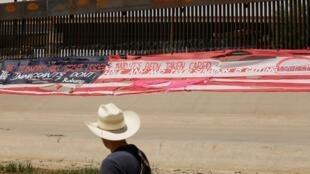 Na fronteira entre Estados Unidos e México, foi instalada uma mensagem contra o acordo firmado entre os dois países para barrar a imigração ilegal.