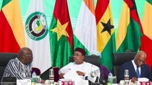 Le président burkinabè Roch Marc Christian Kaboré (G) parle avec le président nigérien Mahamadou Issoufou lors du sommet de la Cédéao à Ouagadougou, le 14 septembre 2019.