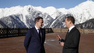 Thủ tướng Nga Dmitri Medvedev (P) trả lời phỏng vấn phóng viên truyền hình Sergey Brilev, tại Sochi, Nga, ngày 28/02/2017
