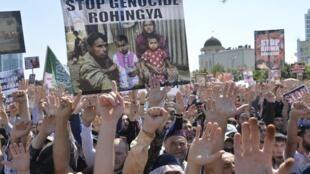បាតុកម្មនៅក្រុង Grozny ប្រទេសឆេឆិននី ទាមទារឲ្យឈប់បង្ហូរឈាម ធ្វើបាបប្រជាជនរ៉ូហ៊ីងយ៉ា។ ថ្ងៃទី៤ កញ្ញា ២០១៧