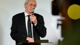 John Shipton, le père de Julian Assange, lors d'une conférence de presse à Paris, le 20 février 2020.