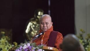 Le moine Wirathu ici en mai 2017 peut désormais de nouveau s'exprimer publiquement.