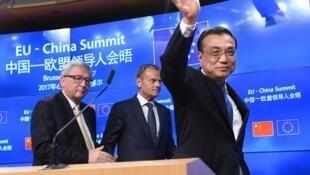 Le Premier ministre Li Keqiang, le président de la Commission européenne Jean-Claude Juncker et le président du Conseil européen Donald Tusk quittent la salle de conférence après un sommet UE-Chine, à Bruxelles, le 2 juin 2017.