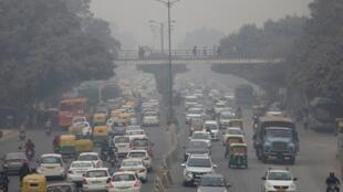 Trânsito e poluição em Nova Délhi, capital da Índia, em 5 de dezembro de 2017