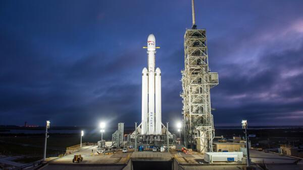 El cohete Falcon Heavy se prepara para el despegue en Cabo Cañaberal, en Florida, EEUU.