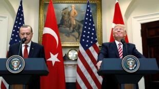 Os presidentes da Turquia, Recep Tayyip Erdogan, e dos Estados Unidos, Donald Trump, após primeiro encontro em Washington.