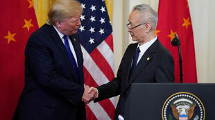 Le président Donald Trump serre la main du vice-Premier ministre chinois Liu He lors de la cérémonie de signature de la « phase un » de l'accord commercial américano-chinois dans la salle Est de la Maison Blanche à Washington. États-Unis, 15 janvier 2020.