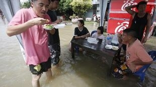 Floods don't stop Ayuthaya residents lunching at  Chai Watthanaram temple