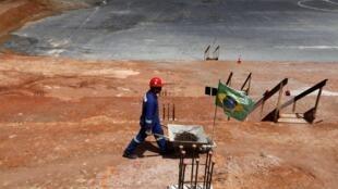 Operário em ação durante obras de construção do estádio do Corinthians, em São Paulo.