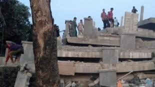 Les sauveteurs dans les décombres de l'immeuble effondré le 3 janvier 2020.