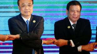 Tổng thống Philippines Rodrigo Duterte (P) và thủ tướng Trung Quốc Lý Khắc Cường (Li Keqiang) trong một bức ảnh chụp chung tại thượng đỉnh ASEAN+3 tại Vientiane, Lào, 07/09/2016.