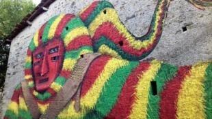 Карнавальный костюм и маска Caretos на граффити в Поденсе