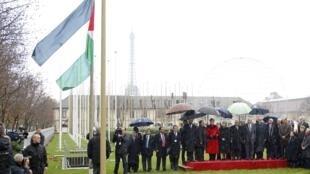 Mahmoud Abbas, presidente da Autoridade Palestina, Irina Bovoka, diretor-geral da Unesco e oficiais participam da cerimônia de hasteamento da bandeira palestina, nesta quarta-feira.