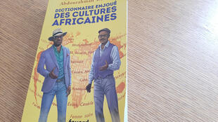Couverture du «Dictionnaire enjoué des cultures africaines», signé de l'écrivain Alain Mabanckou avec le romancier Abdourahman Waberi aux éd. Fayard.