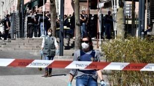 Dos policías francesas caminan por una zona acordonada del centro de Romans-sur-Isere tras el ataque mortal con cuchillo, el 4 de abril de 2020 al sureste de Francia