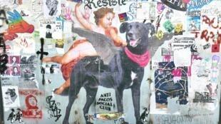 """Le chien symbole des manifestations s'affiche partout dans le centre de Santiago, y compris parfois sous le nom de """"Saint Negro matapacos"""""""