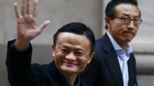 Ông Mã Vân (T), người sáng lập Alibaba, đến thị trường chứng khoán New York, Mỹ, ngày 19/09/2014