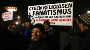 """O movimento """"Europeus patriotas contra a islamização do Ocidente"""" continuam suas manifestações contra imigrantes em Dresden na Alemanha."""