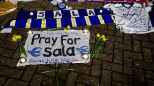 У стадиона «Кардифф-Сити» после исчезновения над Ла-Маншем самолета с футболистом Эмилиано Сала