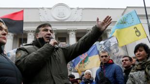 L'ex-président géorgien et opposant politique en Ukraine, lors d'une manifestation devant le Parlement à Kiev, le 7 novembre 2017.