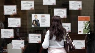 Jovem europeia procura oportunidades de emprego em uma agência
