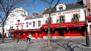 La Place du Tertre (dans le quartier de Montmartre à Paris), vidée de ses touristes, pendant la période de confinement en raison de l'épidémie de coronavirus. Photo datée du 25 mars 2020.