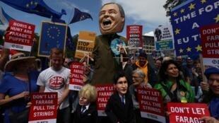 Manifestação nas ruas de Londres com fantoches representando Boris Johnson e Jeremy Hunt durante uma marcha anti-Brexit 'Não a Boris, Sim à Europa' em Londres, Grã-Bretanha em 20 de julho de 2019.