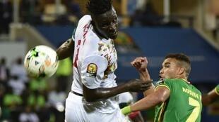 Kara Mboji (maillot blanc) lors de la CAN 2017 face au Zimbabwe de Matthew Rusike.