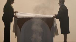 Des femmes préparent l'autel après son utilisation par le pape François, le 7 avril 2019 à Rome.