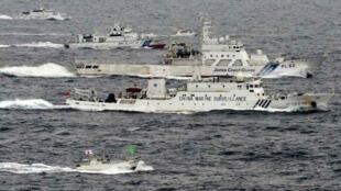 中国海监船与日本海上保安厅巡逻舰在钓鱼岛海域2013年4月23日(共同社)