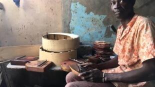 Alioune Ndiaye a découvert la Kalimba en 2003 et cherche depuis à faire réentendre cet instrument chez lui au Sénégal.