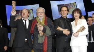 Лауреаты призов Сезар: Ксавье Бовуа, Майкл Лонсдейл, Александр Депла и Анн Альваро.