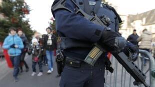Presença policial, que teve seus poderes ampliados, continua visível desde os atentados na França, Bélgica e Alemanha