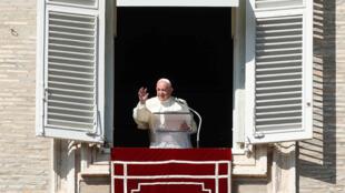 Le pape François lors de la prière de l'Angélus à Rome sur la place Saint-Pierre le 27 octobre 2019.