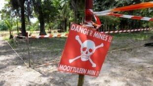Un panneau avertit les habitants d'un champ de mines dans un village de la province de Casamance, dans le sud du Sénégal. (Photo d'illustration).