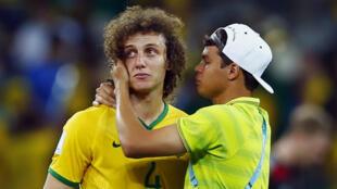 Thiago Silva, que cumpriu suspensão, consola David Luiz após a humilhante derrota no Mineirão na semifinal contra a Alemanha, no dia 8 de julho.